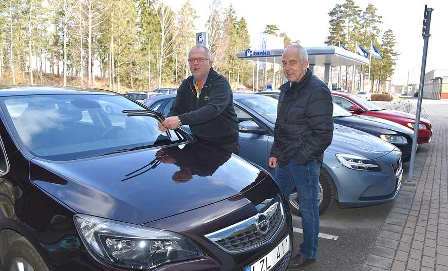 Mikael Torstensson som du dagligen träffar i kundtjänst, hjälper kunden Christer Johansson att byta torkarblad.