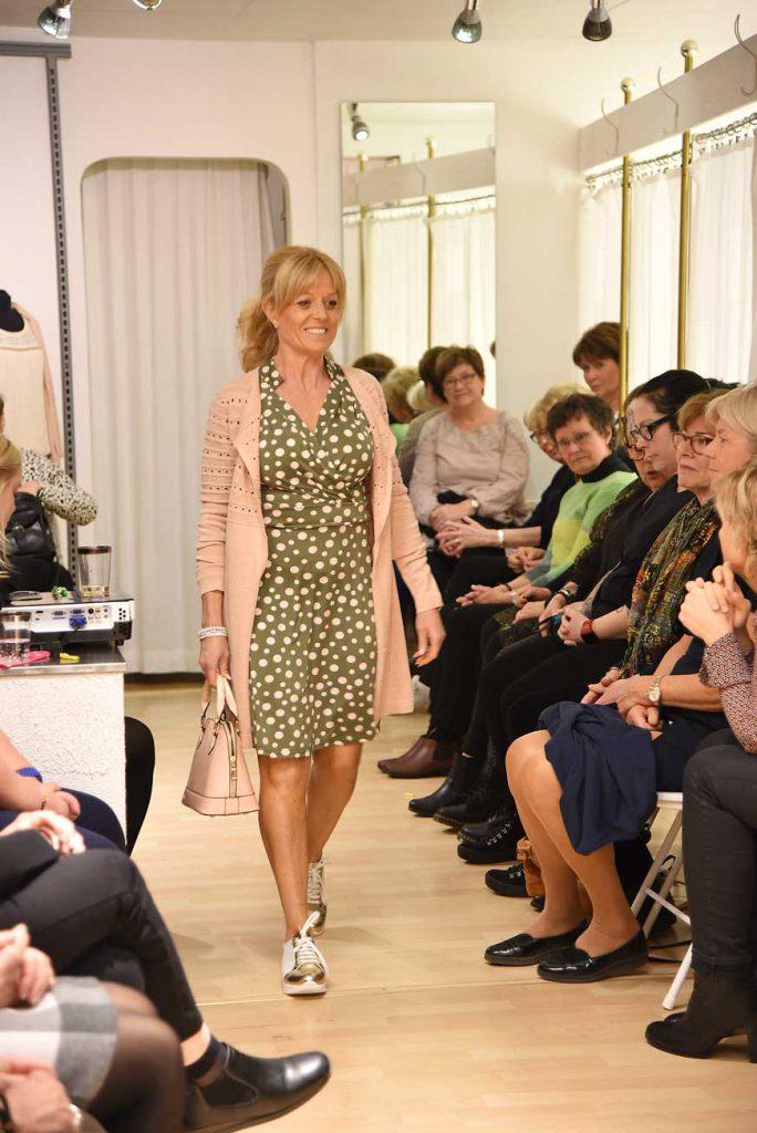 Johanna i klänning från Stockholms klänningsfabrik