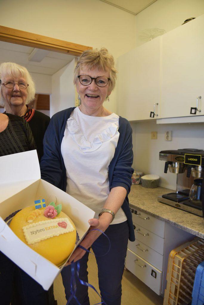 Marie-Louise Hedenqvist var mycket glad åt att få en tårta.