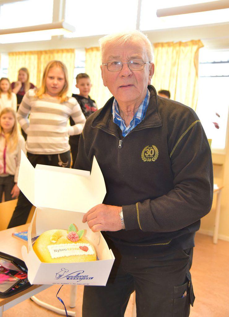 """Bertil Lidberg med tårtan """"För att du är värd det"""""""