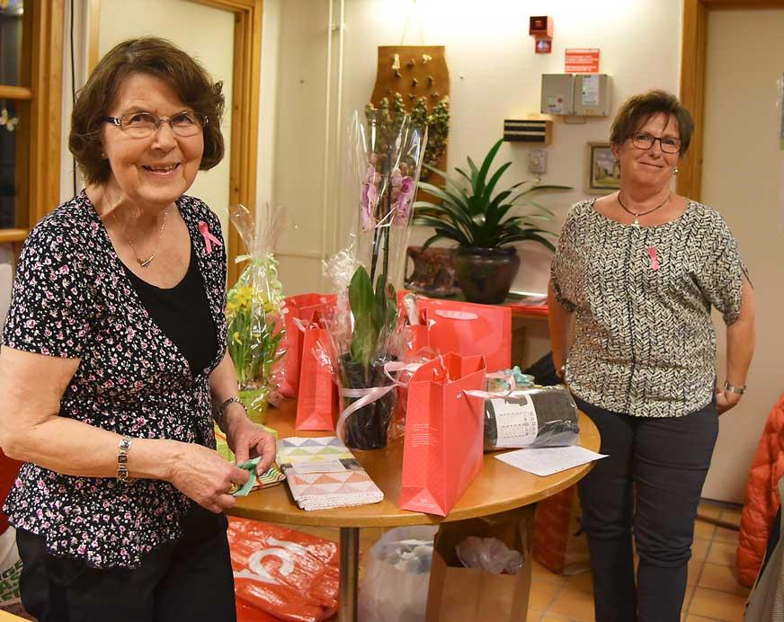 Birgitta Borg Olsson och Ann-Helen Oscarsson från Solvändan förbereder vinsterna inför lotteridragningen.