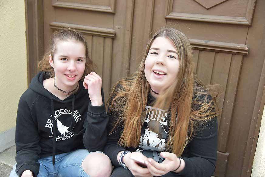 Kompisarna Elisa Björn och Emy Rosander trivdes på tjejkvällen.