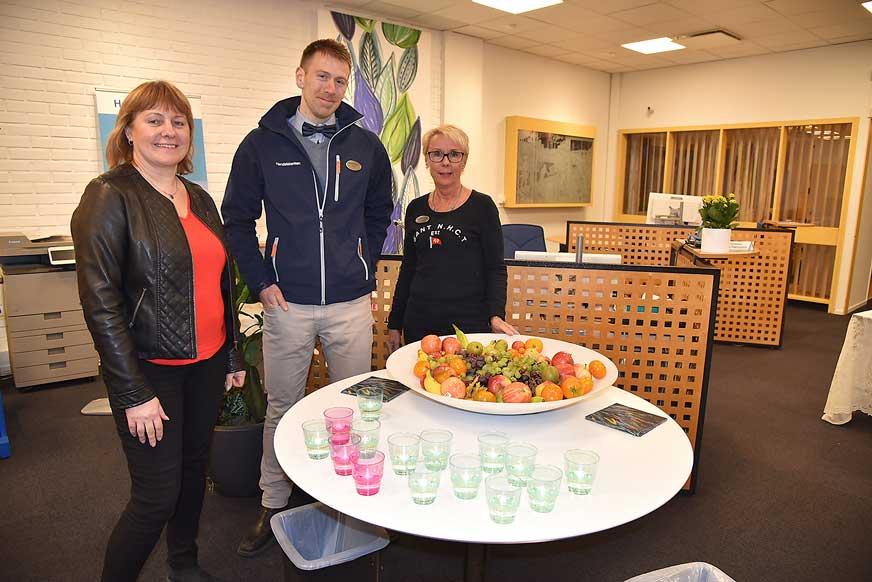 Cecilia, Stefan och Carina på Handelsbanken bjöd på frukt och dricka