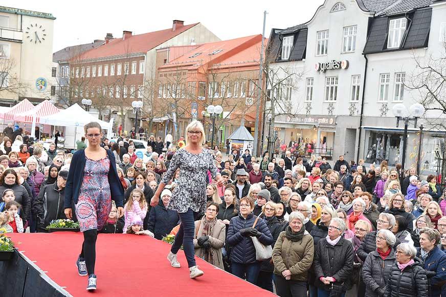 Modevisning beskådades av flera hundra personer. Här modeller från Butik Julia.