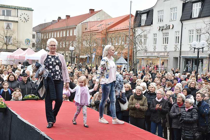Tregenerationer Gunilla, Ella och Julia visade kläder från Duveskogs.