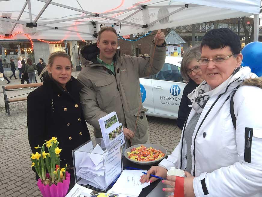 Josefine och Kristoffer från Nybro Energi informerade tjejerna och hade en tävling under tjejkvällen.