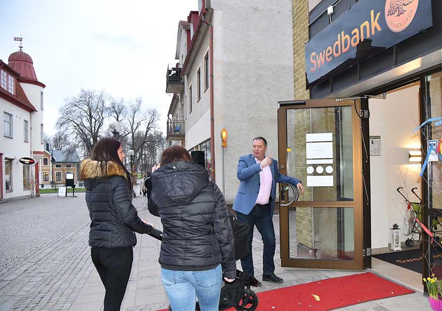 Swedbanks kontorschef Mathias Stockman visade in tjejerna till Swedbanks nya kontor.