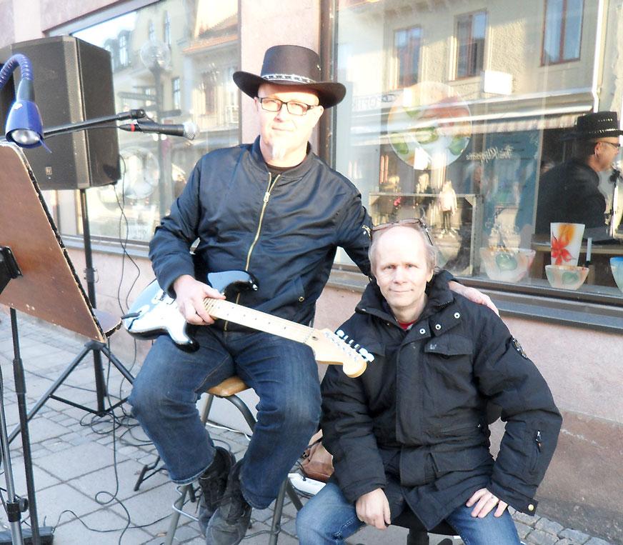 Micke och Mange spelar utanför Storgatan 14.
