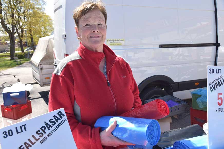 Kerstin Magnusson har sålt plastpåsar m.m. på Nybro Marknad i 20 år.