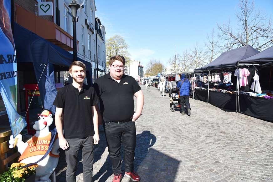 Sebastian och Pär från MY Way säljer glass till alla marknadsbesökare.