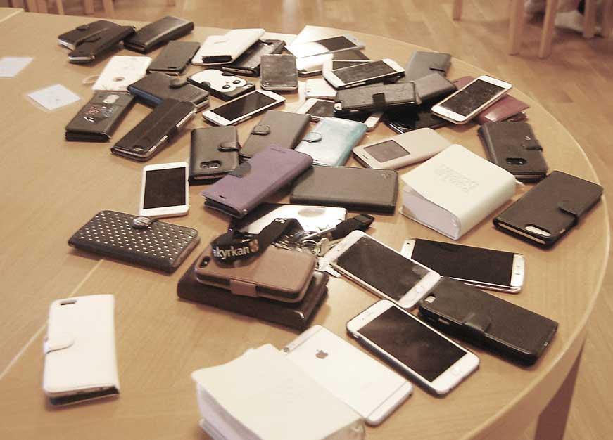 Inga mobiltelefoner får  finnas med vid de olika samlingarna under lägret.