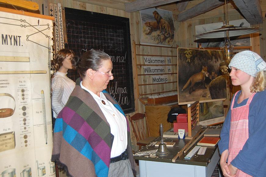 Till vardags är Lena Wirblad lärare och var det även i kyrkstallarna som fröken Crona med Wilma Persson som uppmärksam elev.