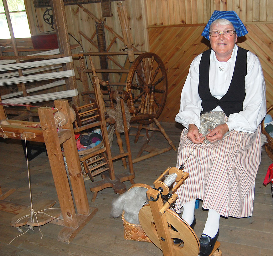 Konsten att spinna ull gav Gudrun Wirblad, Kristvalla goda prov på vid Levande museum.