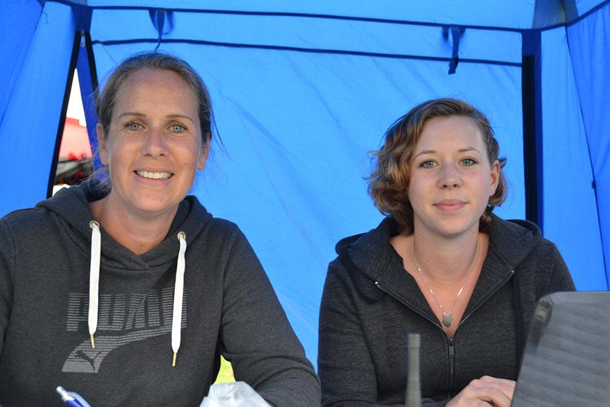 Åsa Kronborg och Emma Wirblad är några av funktionärerna.
