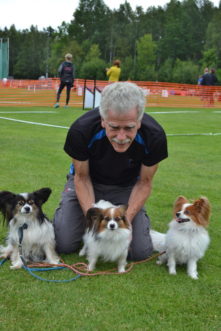 Göthe Olofsson från Vetlanda är nöjd med tävlingshelgen med sina tre papillon Miro, Ezzi och Bella. -Det har gått jättebra, säger han glatt. Bland annat blev det vinst tillsammans med Ezzi.